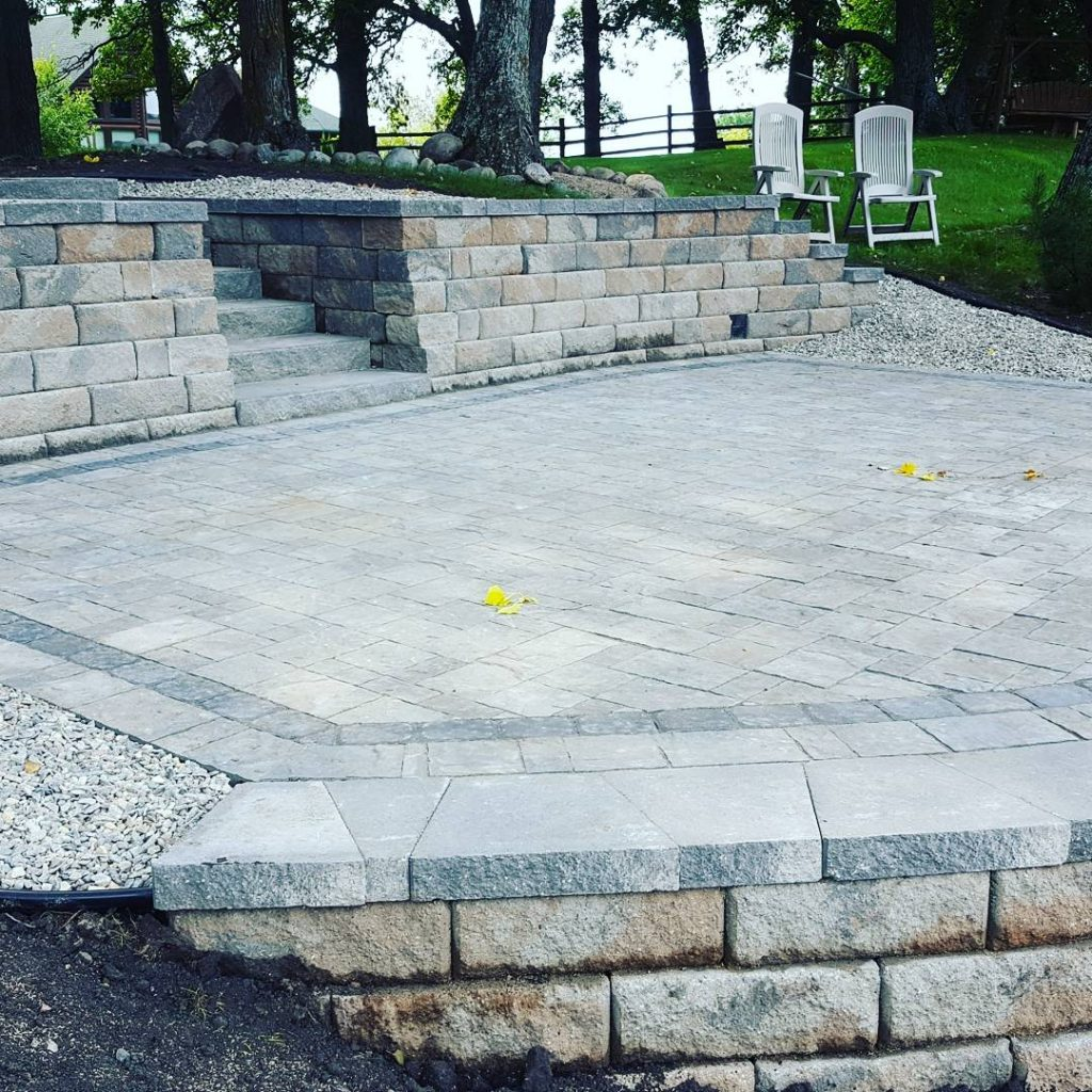 retaining wall and patio with pavers